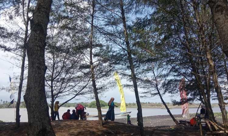 Aktivitas Menarik di Pantai Laskar Pelangi Lumajan